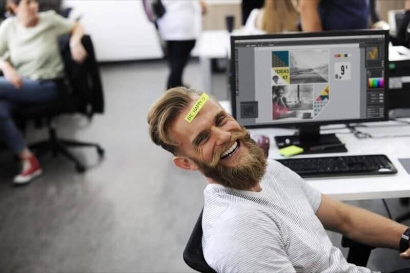 笑う男性社員