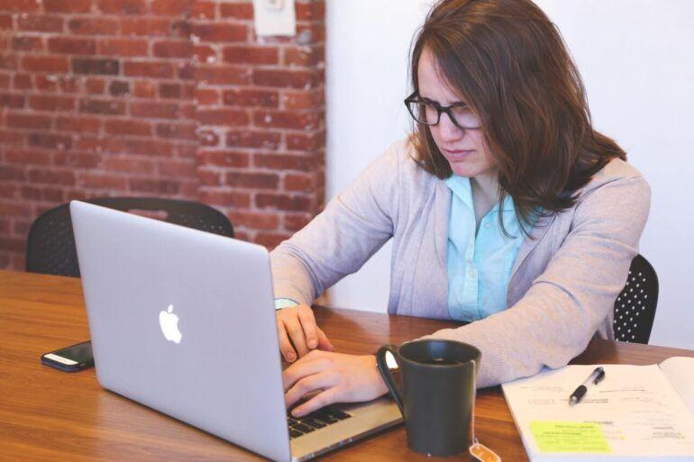 PCに悪戦苦闘する女性