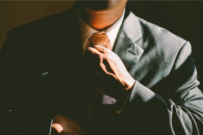 ネクタイを締めてるビジネスマン